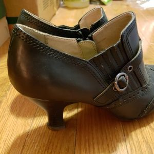 Black leather shoes with low heel